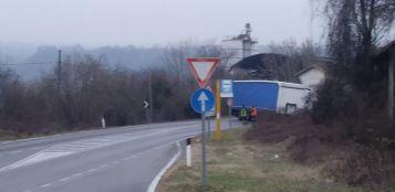 La Guida - Camion si gira di traverso e blocca la Fondovalle tra Bastia e Carrù
