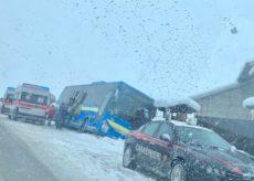 La Guida - Neve, un pullman fuori strada vicino a Roata Rossi
