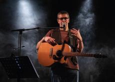 La Guida - Il cantautore Paolo Gerbella a Castelmagno
