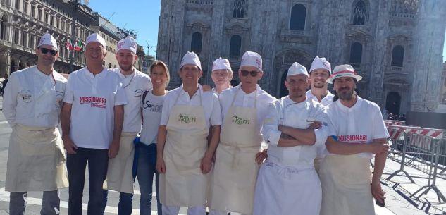 La Guida - Panificatori cuneesi in piazza Duomo per beneficenza