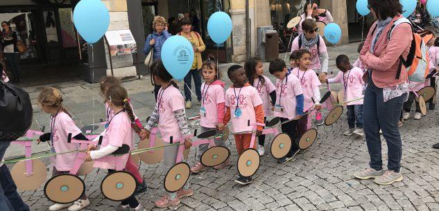 La Guida - Bambini, famiglie, educatrici e insegnanti invadono via Roma per il Girino d'Italia
