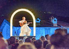 La Guida - Spettacolo itinerante nei cortili di Cuneo per l'Illuminata