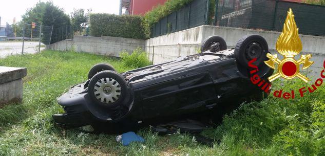 La Guida - Auto capottata a Fossano in via Salmour, due persone ferite