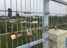 La Guida - Cuneo, anche il viadotto Soleri ha i suoi lucchetti romantici
