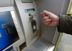 La Guida - Preleva 950 euro dal bancomat dell'anziana presso la quale lavora