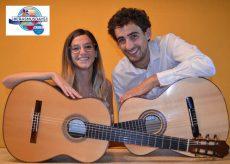 """La Guida - """"A due voci"""", chitarra e violino si guardano allo specchio"""