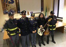 La Guida - Polizia recupera due chitarre rubate dopo uno spettacolo a Cuneo