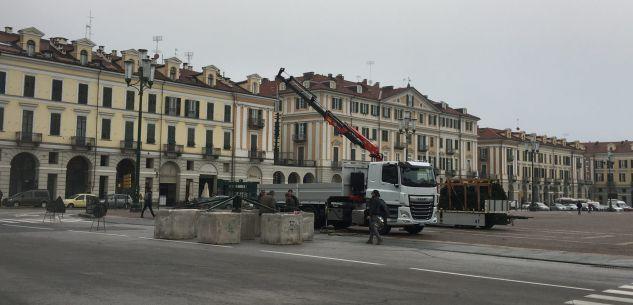 La Guida - Viene allestito l'albero di Natale su piazza Galimberti