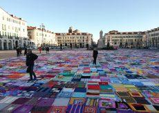 La Guida - Viva Vittoria, ancora 900 coperte multicolore da vendere per sostenere progetti per le donne