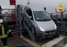 La Guida - Esce dal parcheggio ma imbocca una rampa di scale con l'auto
