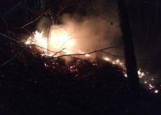 La Guida - Bruciano sterpaglie nella notte a Pradeboni