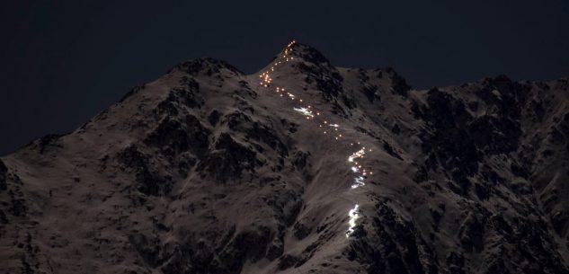 La Guida - Decine di fiaccole illuminano la Bisalta