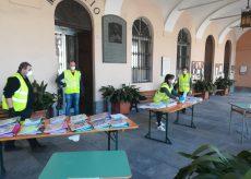La Guida - A Peveragno consegna dei libri di testo in piazza