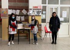 La Guida - Busca: i volontari portano a casa i libri lasciati in classe