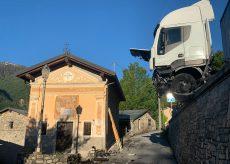 La Guida - Aisone, camion in bilico nel vuoto lungo la statale della Maddalena