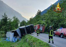 La Guida - Camion d'acqua si ribalta sulla strada