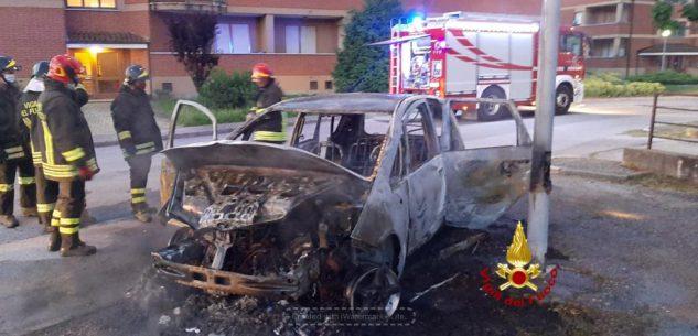 La Guida - Un'auto distrutta dal fuoco a Carrù