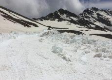 La Guida - Francesi al lavoro per sgomberare la neve dal colle dell'Agnello
