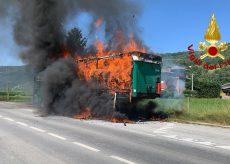 La Guida - Prende fuoco un camion pieno di biciclette