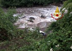 La Guida - Finisce nel fiume con l'auto, donna chiede aiuto e viene salvata