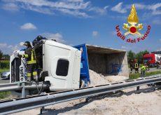 La Guida - Tir carico di sabbia si ribalta sulla Torino-Savona