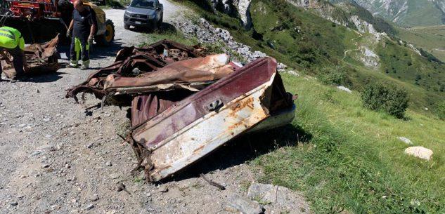 La Guida - Rimossa la Chevrolet di Beppe Grillo precipitata 39 anni fa in un burrone a Limone