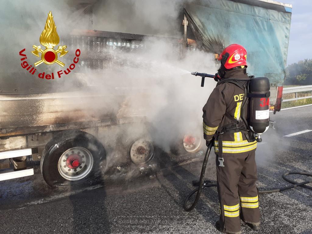 Vigili del Fuoco-Incendio a un tir