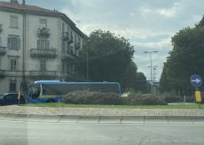 La Guida - Pullman fermo tra largo De Amicis e corso IV Novembre a Cuneo