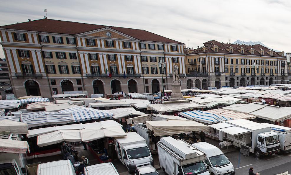 Mercato in piazza Galimberti