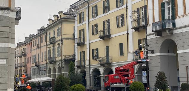 La Guida - Cuneo, è iniziato il montaggio delle luci di Natale