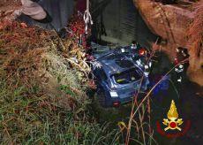 La Guida - Auto esce di strada e finisce nel canale, un ferito