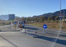 La Guida - Bivio Borgo, lavori di asfaltatura all'uscita della rotonda in direzione Cervasca