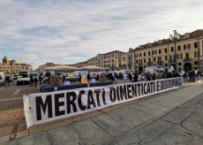 """La Guida - Ambulanti, protesta in piazza Galimberti: """"Non ci fanno lavorare, non riusciamo a pagare le tasse"""" (video)"""