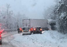 La Guida - Camion di traverso a Nucetto sulla statale 28 (video)