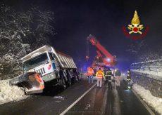 La Guida - Magliano Alpi: camion spartineve fuori strada
