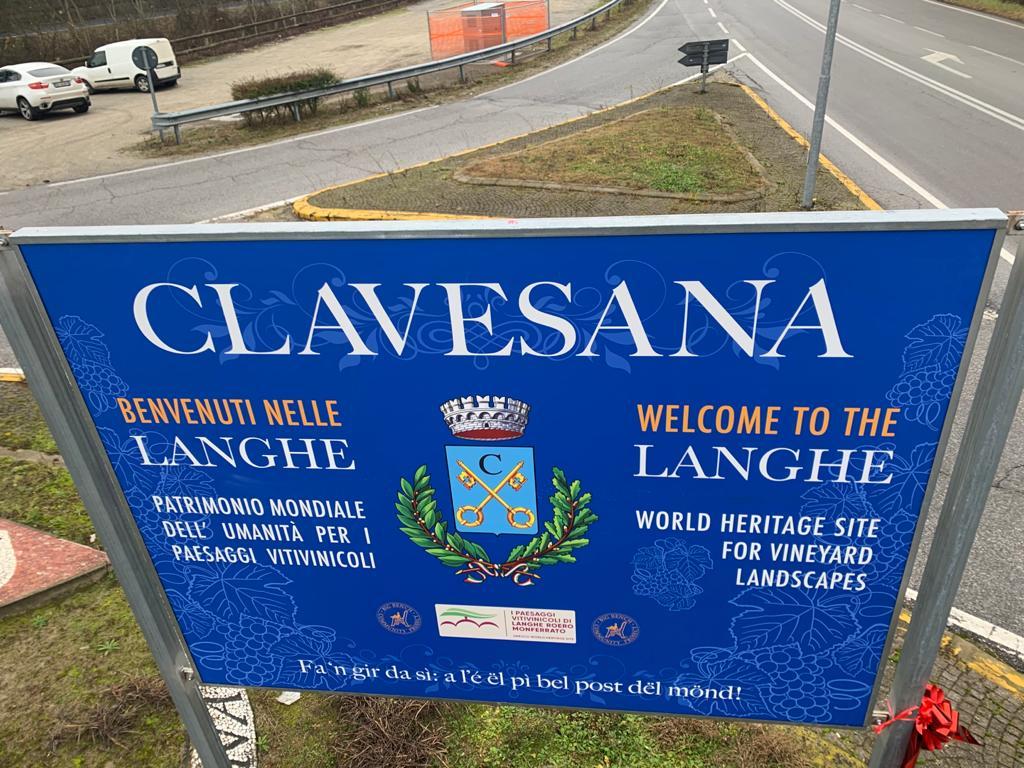 Clavesana - Il pannello di Chris Bangle che invita a visitare i luoghi delle Langhe