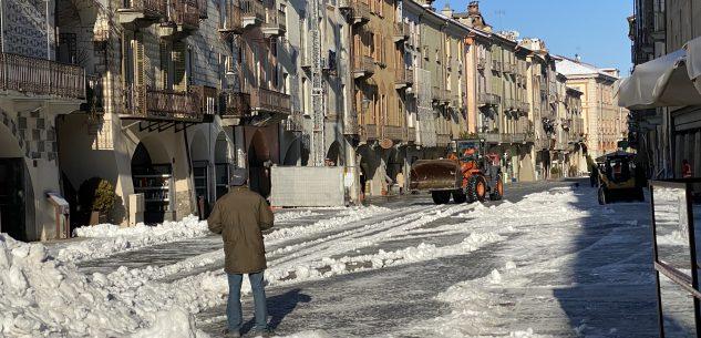 La Guida - Rimossa la neve in via Roma per fare spazio al mercato (video)