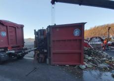 La Guida - Camion di rifiuti si rovescia sulla Torino-Savona