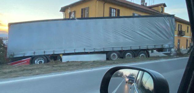 La Guida - Camion finisce fuori strada sulla salita verso Madonna dell'Olmo