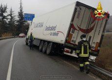 La Guida - Mezzo pesante fuori strada sulla regionale a Corneliano