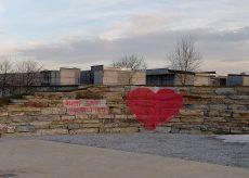 La Guida - Cervasca, per San Valentino una foto accanto al grande cuore rosso