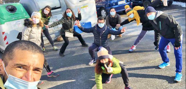 La Guida - Con guanti e sacchetti a raccogliere spazzatura al parco o sul viale