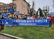 """La Guida - """"La montagna merita rispetto"""" la protesta in corso Dante a Cuneo (video)"""
