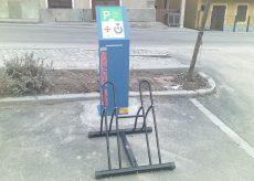 La Guida - Un punto di ricarica per le bici elettriche sulla piazza di Frassino