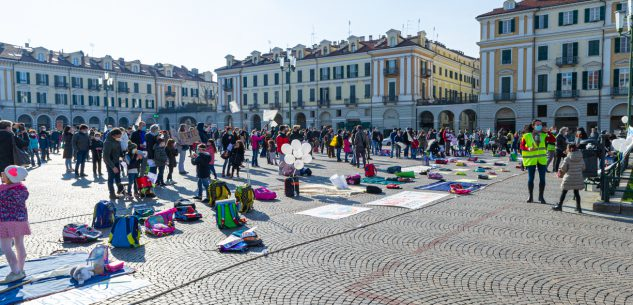 La Guida - Gli studenti di nuovo in piazza per chiedere di tornare a scuola