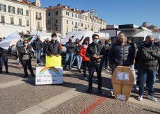 La Guida - Ambulanti protestano in piazza