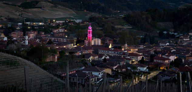 """La Guida - Il campanile di Canale """"in rosa"""" in attesa dell'arrivo del Giro d'Italia"""