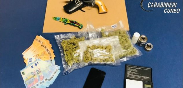 La Guida - Alba, arrestato 30enne con droga in auto e a casa, oltre a coltello e pistola
