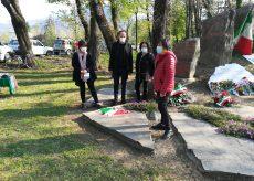 La Guida - Fiori rossi al monumento di via Valdieri