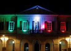 La Guida - Peveragno, facciata del municipio illuminata dal tricolore